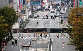 博多駅前 道路陥没 シンクホール 突然 穴  水道 送電線 寸断 断水 停電.jpg